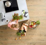 Např. Bio podlaha Wineo PURLINE (dováží KPP) nestudí a je příjemná pro chůzi bosou nohou, díky elasticitě je zdravá pro klouby a má certifikovanou odolnost proti skluzu. Podlaha je tichá a vytváří příjemnou akustiku. Hodí se nejen do kuchyně, ale obstojí také v koupelnách (zdroj: KPP)