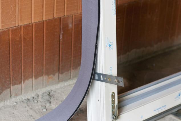 Akrylová samolepicí vrstva výborně drží i na vlhkých okenních rámech