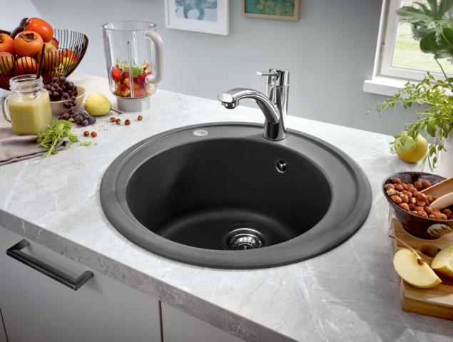 Dřez z šedého granitu, typ K200 se bude hodit do každé kuchyně. Praktický široký lem brání úniku vody. Průměr vaničky je 380 mm, hloubka 200 mm (Grohe)