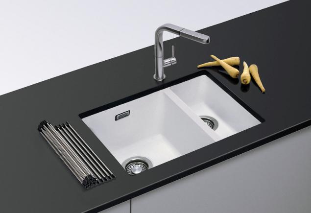 Sirius SID 160/2 z materiálu Tectonite je určen pro instalaci pod desku. Rozměry 560 x 440 mm, hloubka 201 mm (Franke)