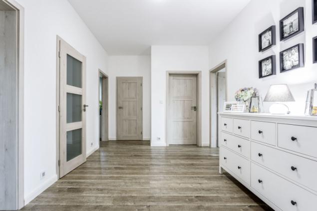 Z prostorné haly vedou dveře do hlavní koupelny, samostatné toalety, dětských pokojů, úklidové komory a hlavní ložnice se šatnou