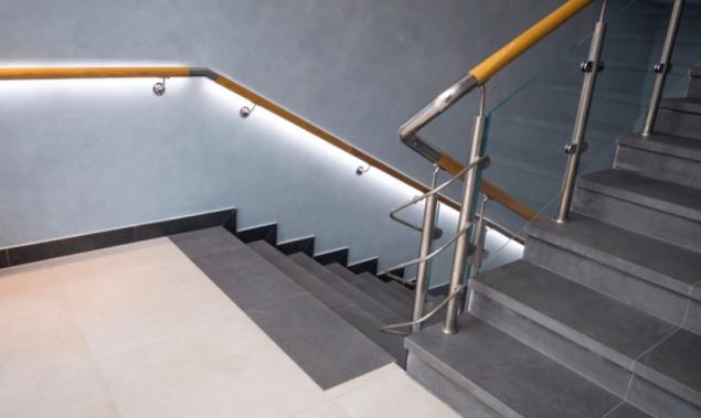 LED pásky v zábradlí schodiště