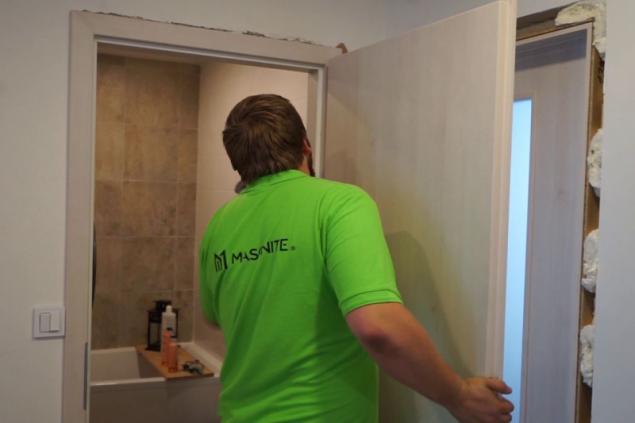 Instalace dveří Masonite v 3D dřevodekoru borovice finská v povrchové úpravě CPL laminát premium