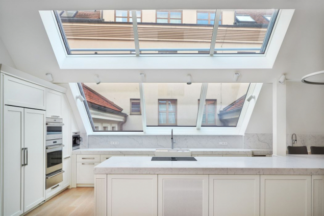 Asymetrické posuvné střešní prosklení Solara PERSPEKTIV v interiéru pražského bytu. Členění dvoukřídlého prosklení jsme navrhovali tak, aby umožnilo plné otevření v dané situaci střechy: prostor byl omezený úžlabím. Prosklení jsme instalovali před montáží vnějšího zastínění