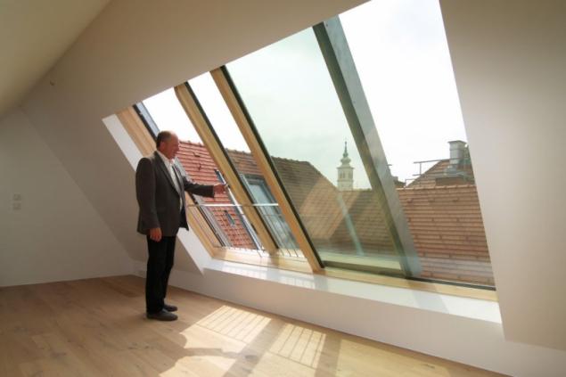 Dobře navržené posuvné prosklení střechy dává bytům jedinečnost, luxus, velkou porci romantiky a také funkční vstupy na střešní balkony