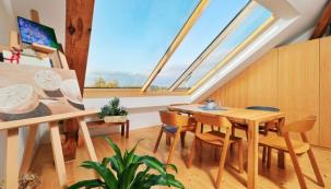 Topná skla ve spojení s velkoplošným posuvným oknem Solara dodávají pražskému bytu nebývalý komfort, prostornost a radost z výhledů. Technologie topných skel je zajímavá mimo jiné i proto, že kompenzuje tepelné ztráty bytu přímo v místech fasádních a střešních oken