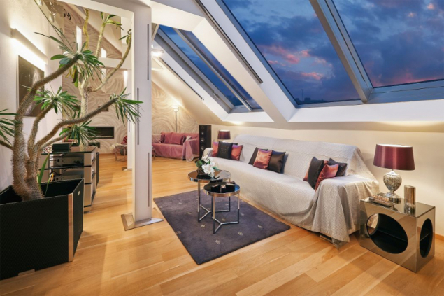 Ateliérový střešní byt v městské čtvrti, kterému prostornost, jedinečnost a dobrou tepelnou funkčnost v letní i zimní sezoně dodávají posuvná střešní prosklení