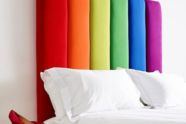 Ještě odvážnější variantou je čalounění vytvořené z několika různě barevných textilií. Ideální je volit barevné potahy z jedné kolekce látek. Kombinovat se však dají i textilie se zcela jinou strukturou a vzhledem. V tomto případě je lepší vybírat barvy metodou tón v tónu. Foto: The Headboard Workshop