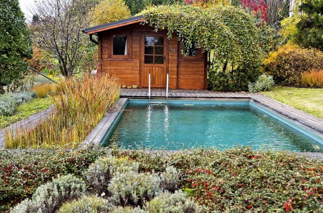 """""""Saunovací domek, vířivku i bazén se snažte zahalit do zeleně. Jen tak se vám tyto prvky podaří nenápadně začlenit do zbývající části zahrady. Bez zeleně nebudou tyto atrakce působit útulně a vy si v nich budete připadat spíše jako v hotelovém resortu,"""" radí Ferdinand Leffler z Atelieru Flera"""