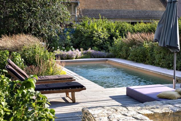 """""""Nebojte se nechat dřevo kolem bazénu či jezera šednout, nenatírejte ho,"""" doporučuje Ferdinand Leffler. Díky takovémuto zdánlivému detailu se vodní prvek velmi ochotně propojí se zbytkem vzrostlé zahrady. Každému jezeru bude také slušet dřevěné molo nad hladinou, na němž se v létě budete rádi opalovat"""