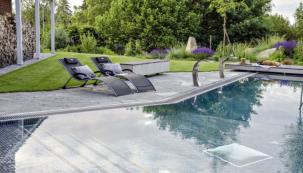 Bazény s přelivovým okrajem mají výhodu vodní hladiny v rovině s terénem