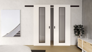 Černý hliníkový posuvný systém se dvěma křídly bílých dveří CLARA MASONITE s 3vrstvým HQ lakem, typ Linea s černým kováním a rámečky prosklení