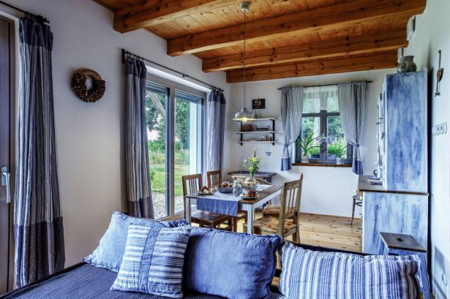 Francouzská okna vpouští do místnosti denní světlo, v teplých dnech se pak jejich otevřením rozšiřuje interiérový prostor o venkovní zápraží. Venkovní screeny zároveň umožňují větrat i v noci bez obtěžování hmyzem