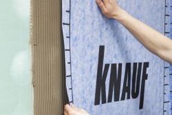 Položte pásy tkaniny Knauf HYDROFLEX do vrstvy lepidla a pevně je přitiskněte. Lepidlo natáhněte vždy jen na tak velkou plochu, na níž dokážete položit pás, aniž by došlo k zaschnutí lepidla, což je cca 30 min.