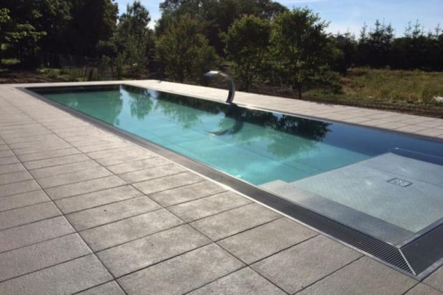 Dlažba ALMA se vyznačuje sametovým povrchem – prostor kolem bazénu, tak láká k relaxaci a odpočinku