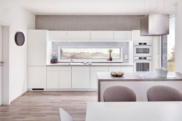 Kuchyň je v souladu se současnými trendy součástí společného obývacího prostoru a má přímý výstup na terasu. Velmi praktické je horizontální okno, které přivádí světlo na kuchyňskou pracovní plochu a umožňuje výhled do zahrady