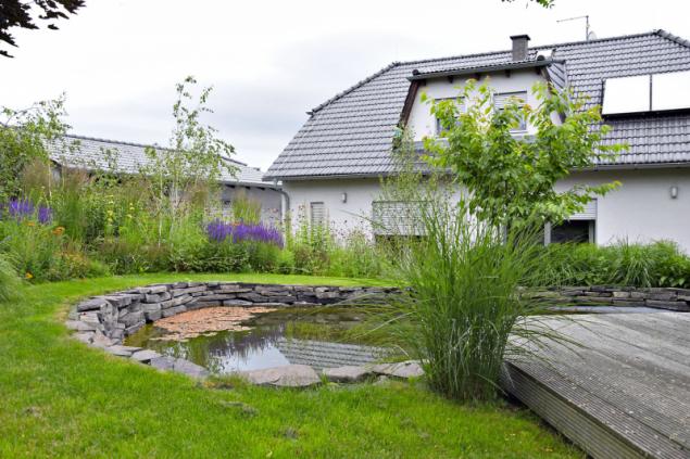 Soukromé části zahrady dominuje přírodní jezírko, které doposud sloužilo především jako rezervoár na vodu pro zálivku zahrady. V letošním roce ovšem tuto zahradní část čeká v elká rekonstrukce, při které jezírko získá formální tvar a bude na něj navazovat nová terasa. Úpravy neminou ani okolní výsadby trvalek, ty by se měly mnohem více přiblížit vodní ploše