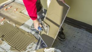 Baumit Baumacol AquaSafe, realizace – nanášení druhé vrstvy rychletuhnoucího lepidla Baumit FlexTop Speed před finální pokládkou dlažby