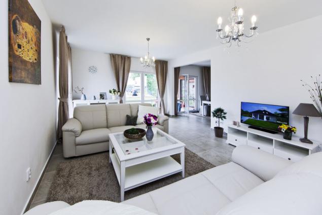 Společná obývací část, spojená s kuchyní do jednolitého prostoru ve tvaru písmene L, je velmi prostorná a lze ji bez problémů zařídit moderním typovým i atypickým nábytkem