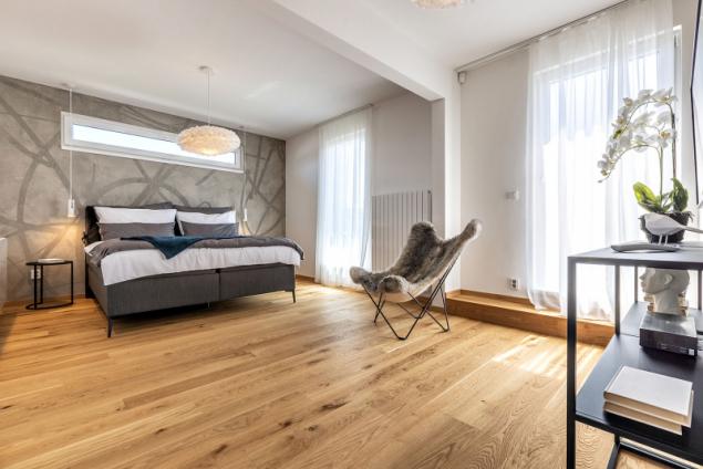 Hlavní ložnice přímo sousedí s koupelnou a má vlastní šatnu, popřípadě může mít i vlastní koupelnu, vnitřní dispozice domu lze totiž upravovat na přání
