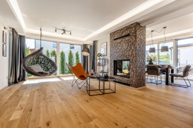 Záplava světla, kvalitní mteriály, nadčasové designové solitéry, teplo z rodinného krbu – přesně tak může vypadat luxusní, reprezentativní interiér rodinného sídla