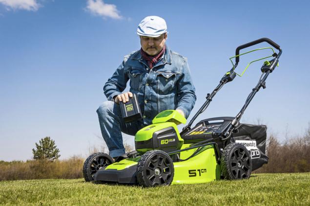 Aku sekačka s pojezdem Greenworks GD60LM46SP 60V vydrží s nejsilnější baterií (6,0 Ah) pracovat až 120 minut, záleží ovšem na typu a stavu sekané trávy, terénu atd.