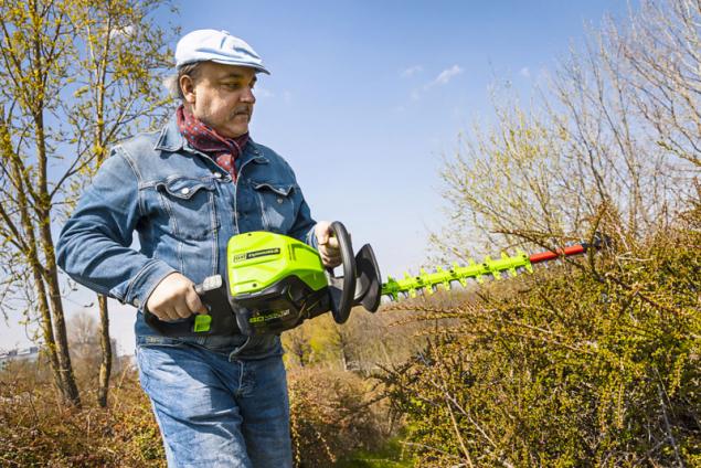 Rukojeť Aku plotových nůžek Greenworks GD60HT 60V je otočná o 180° – to vám usnadní práci v různých pozicích vůči stříhanému keři. O stavu nabití baterie vás informuje LED indikátor