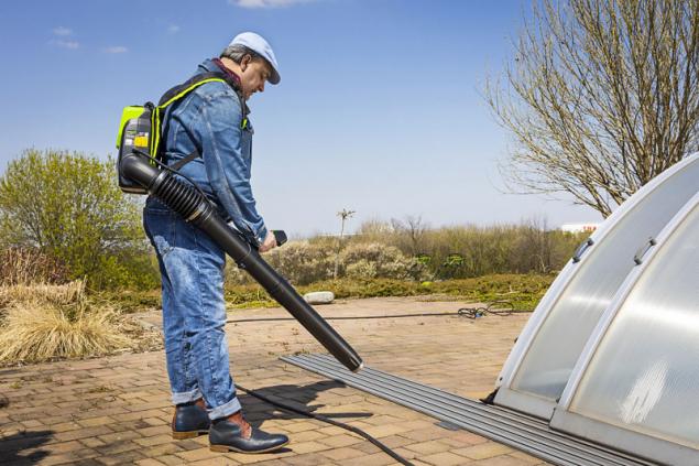 Aku fukar Greenworks GD60AB 60V využijete po celý rok. Vyfoukáte s ním spadané listí z trávníku či nečistoty z chodníků, v zimě vám pomůže odstranit čerstvě napadaný sníh