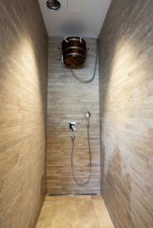 Příklad praktického použití desky Knauf DRYSTAR  v podhledu u sprchového koutu, kde není zaručeno optimální odvětrání prostoru